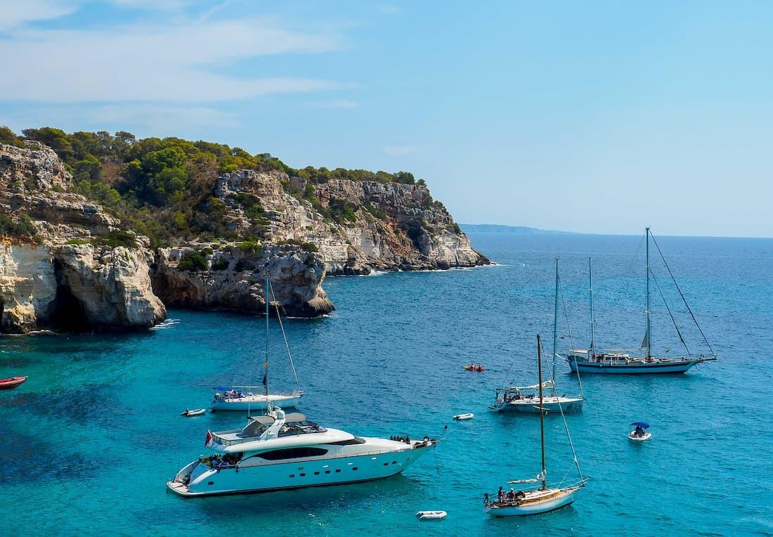 barcos en el mar mediterráneo cerca de la Isla de Menorca