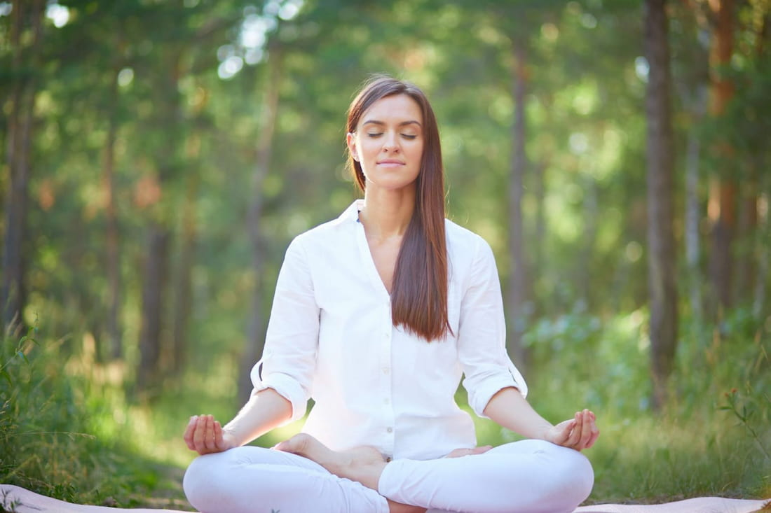 mujer meditando en la naturaleza