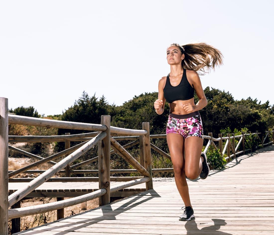 mujer corriendo un día soleado