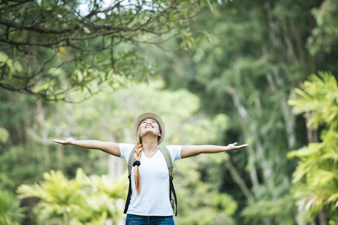 mujer feliz en la naturaleza